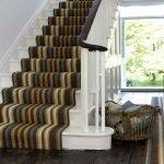 Коричневый ковер на деревянной лестнице