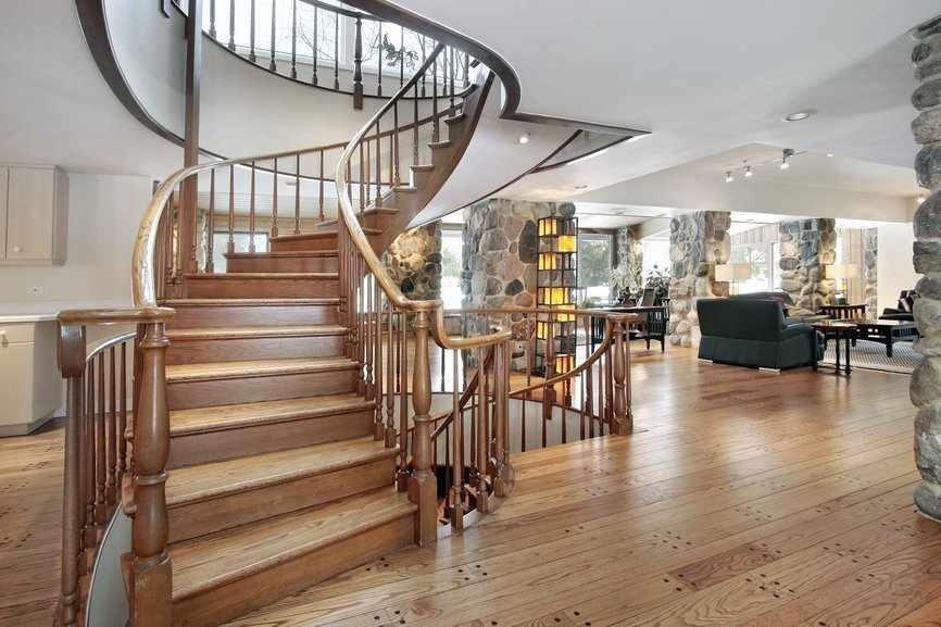 Простая классическая лестница в большом доме