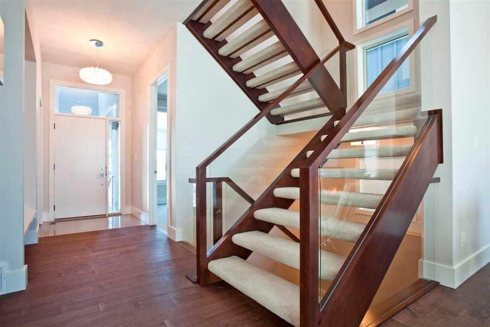 Широкая лестница в холле