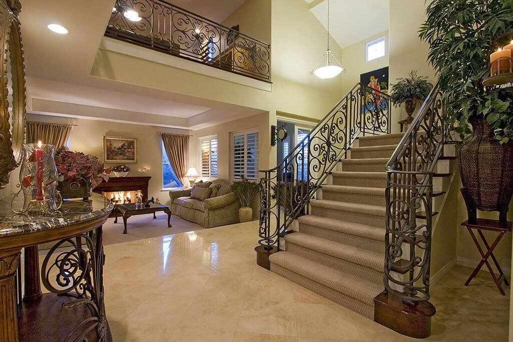 Классический лестничный проем в частном доме