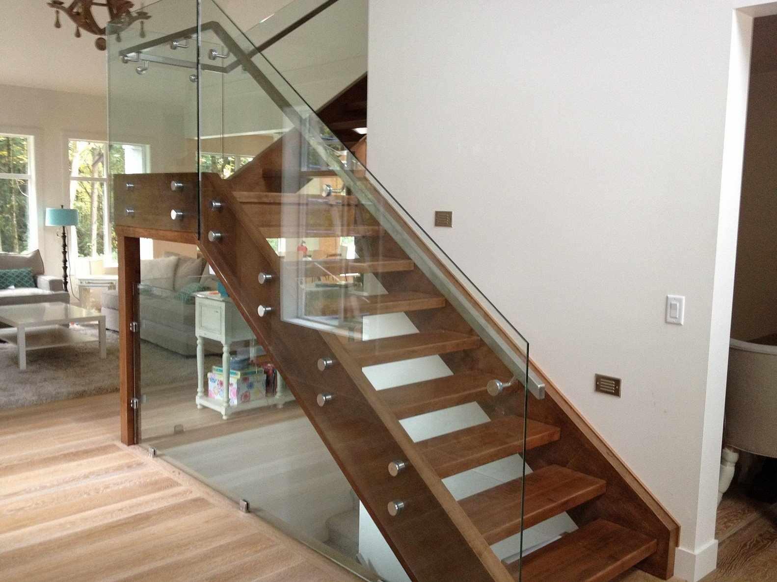 Стеклянные перекладины на лестнице