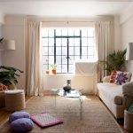 Широкое окно в небольшой комнате