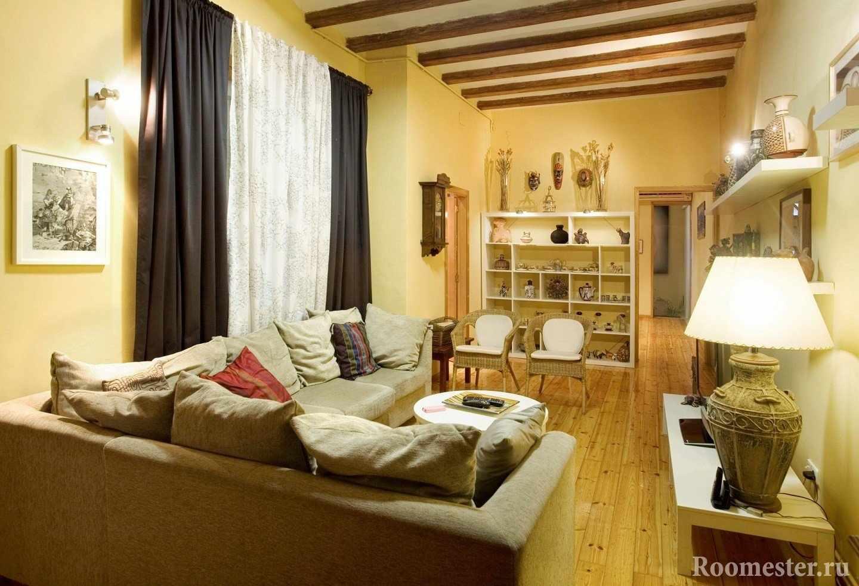 Потолочные балки в интерьере небольшой гостиной