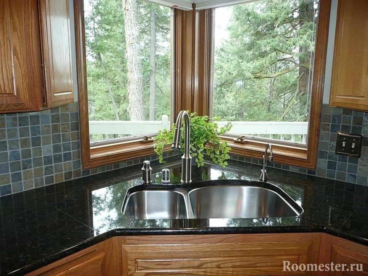 Угловая раковина в кухне с окном