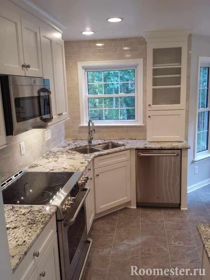 Интерьер маленькой кухни с окном
