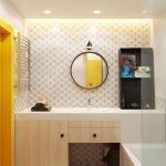 Желтая дверь в интерьере