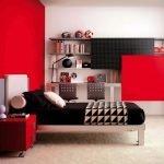 Сочетание красного и черного в дизайне комнаты