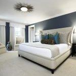 Черная стена в дизайне белой спальни