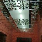 Черно-белый стеклянный потолок с подсветкой