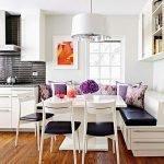 Сочетание темного фартука и белой мебели