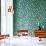 Сочетание бирюзовых обоев с деревянной мебелью