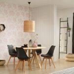 Сочетание полоски и цветочного принта на стенах