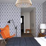 Оранжевое кресло в спальне
