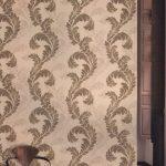 Декор стены обоями с вензелями