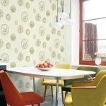 Разноцветные кресла вокруг стола