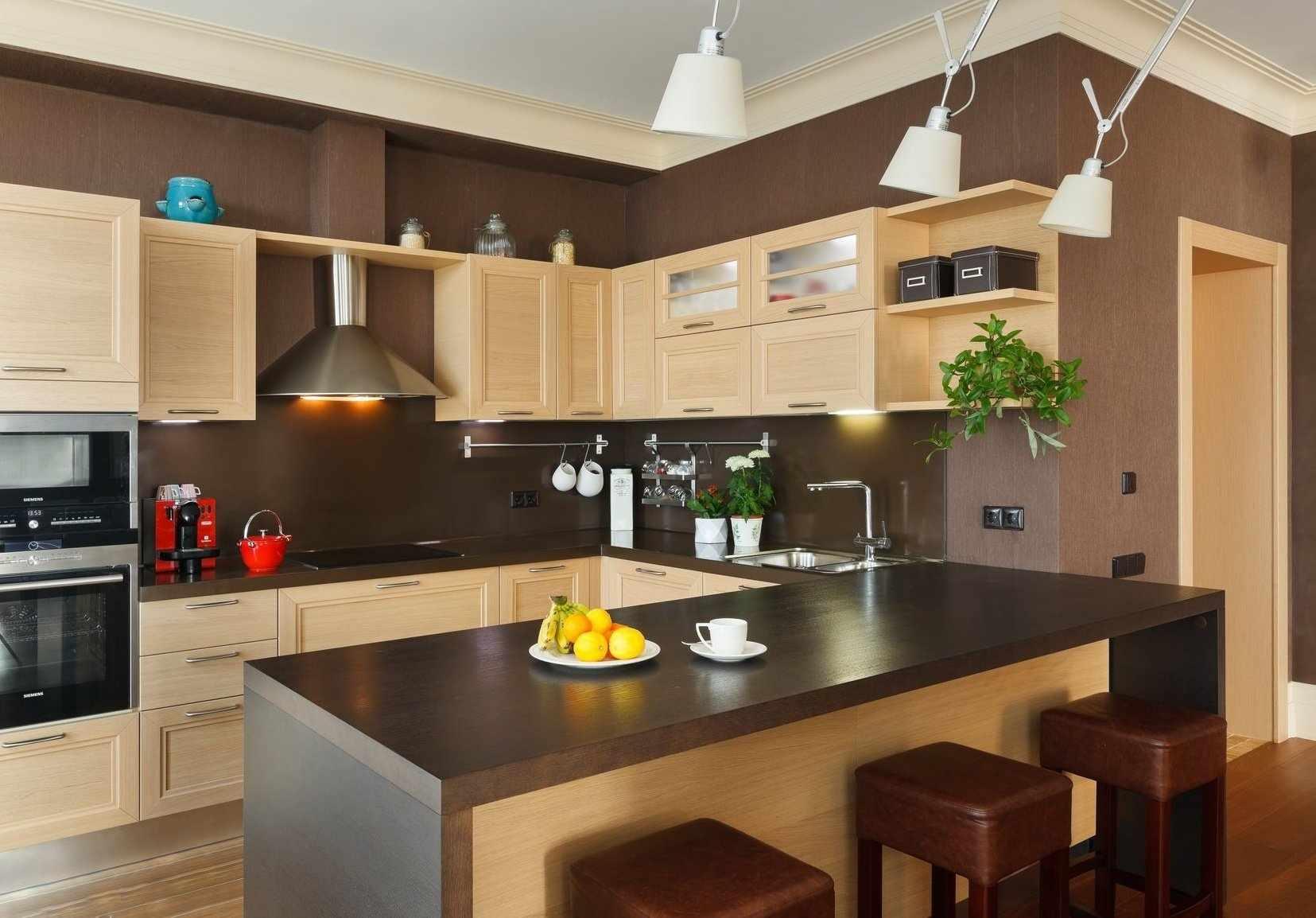 Кухня с коричневыми обоями