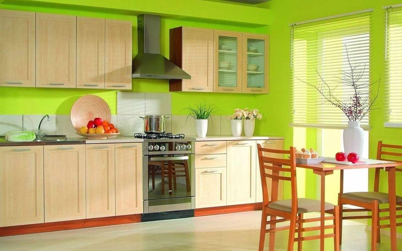 Яркий дизайн кухни с зелеными обоями