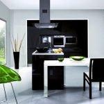 Зеленое кресло на кухне