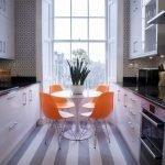 Оранжевые стулья в сером интерьере кухни