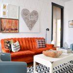 Сочетание оранжевой и голубой мебели