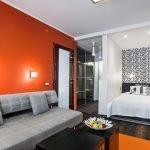 Оранжевая стена в интерьере