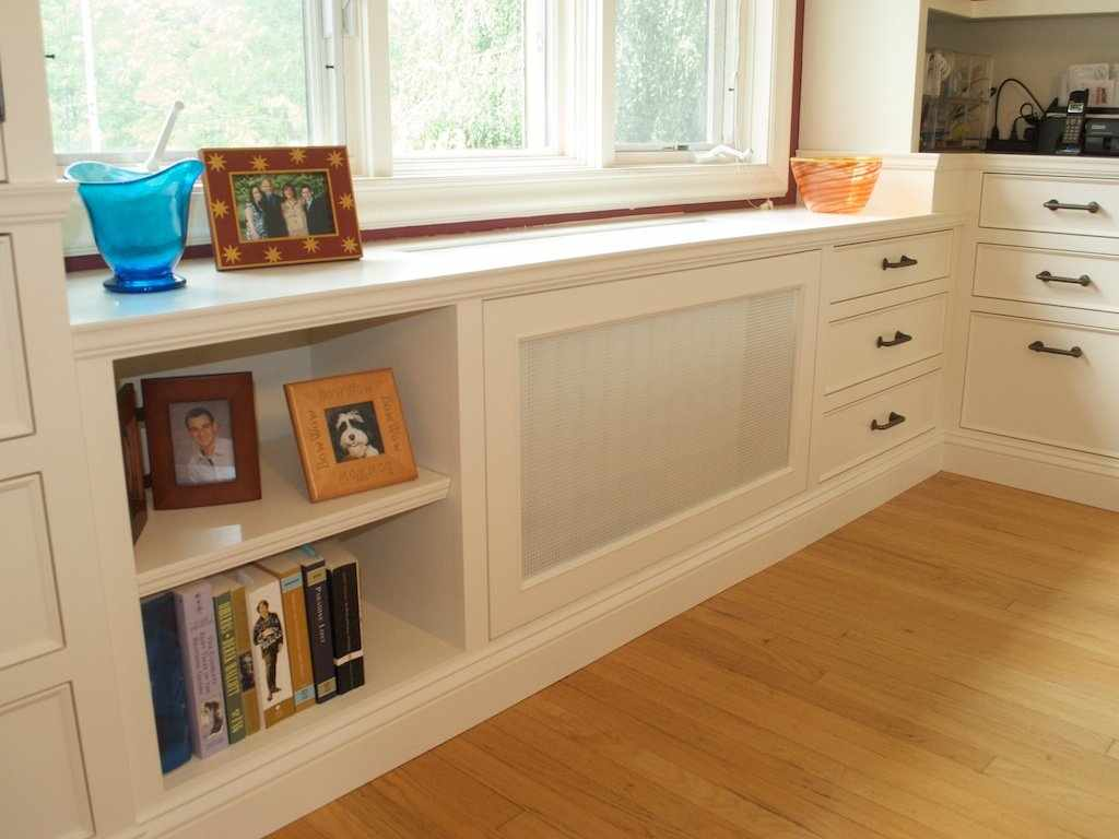 Система хранения под окном на кухне