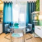 Прозрачные стулья и стол на кухне