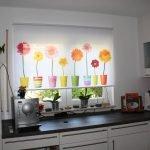 Горшки с цветами на шторе на кухне