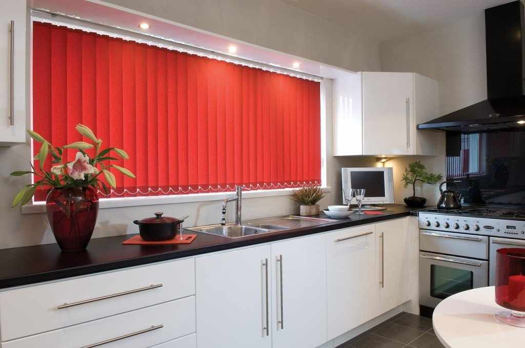 Сочетание красных жалюзи и белой мебели