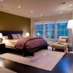 Прикроватные тумбочки у кровати
