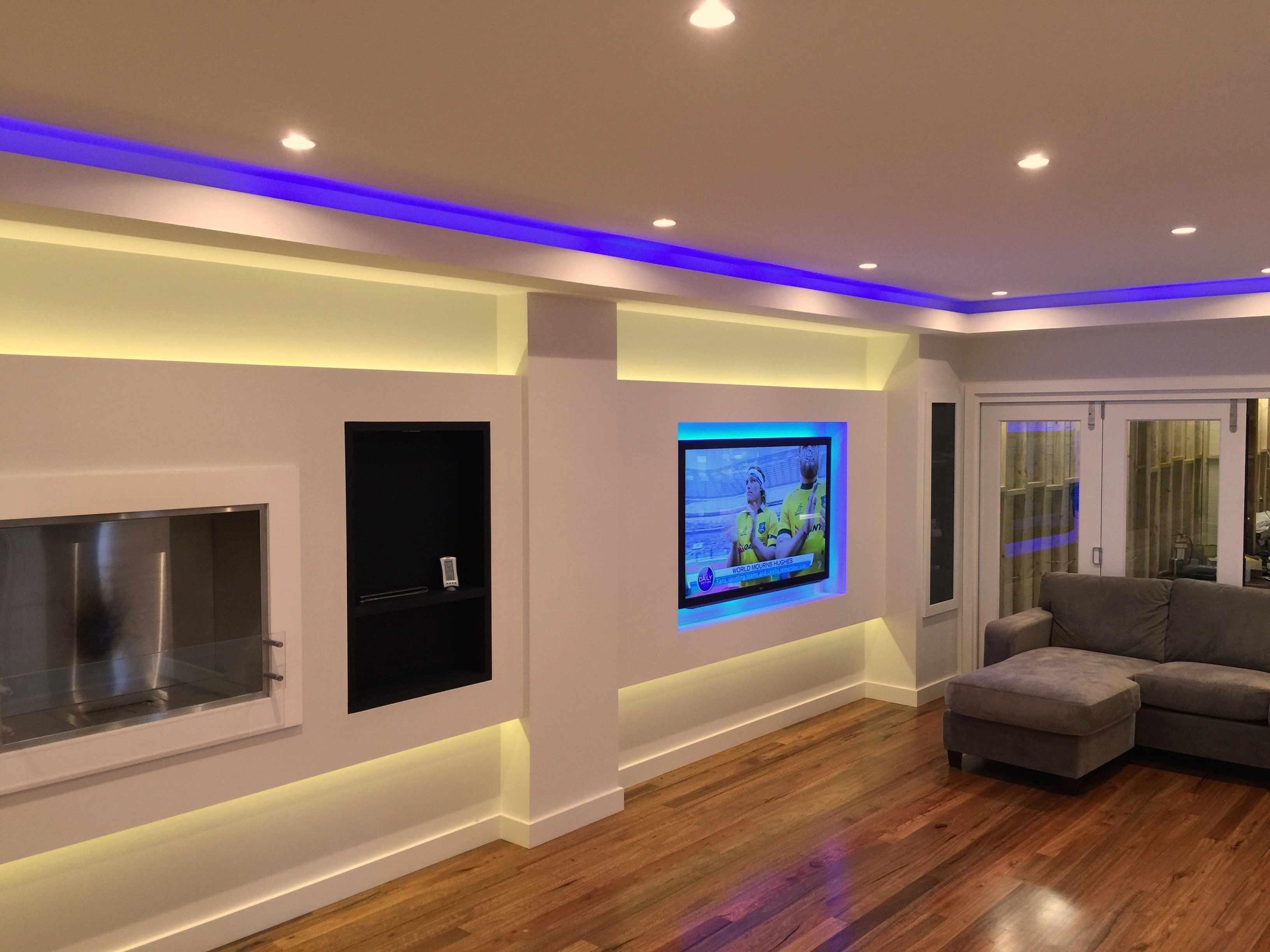 Синяя светодиодная лента на потолке гостиной