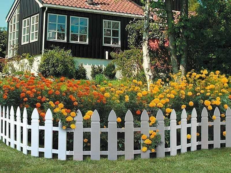 Палисадник перед домом с пластиковым заборчиком