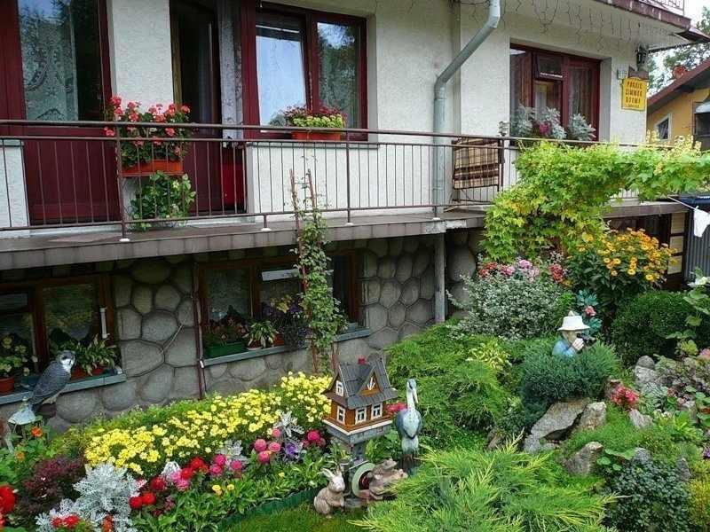Декор в палисаднике перед домом
