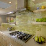 Полки на стене в рабочей зоне на кухне
