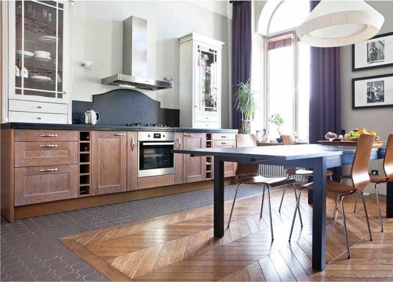 Зонирование на кухне при помощи плитки и паркета