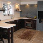 Сочетание стен серого и белого цветов на кухне