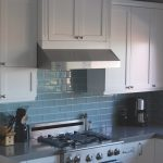 Кухня с белой мебелью и светло-синим фартуком