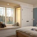 Подоконник-диван в спальне в бежевых тонах