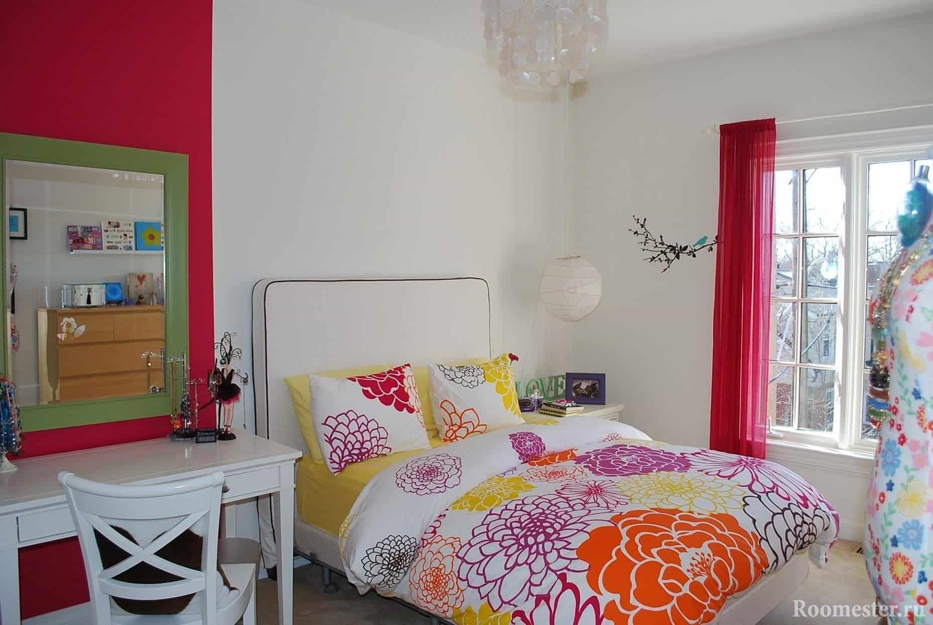 В белой комнате девочки-подростка - цветное постельное белье и элементы декора