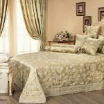 Кровать с подушками и покрывалом