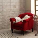 Красное кресло у окна