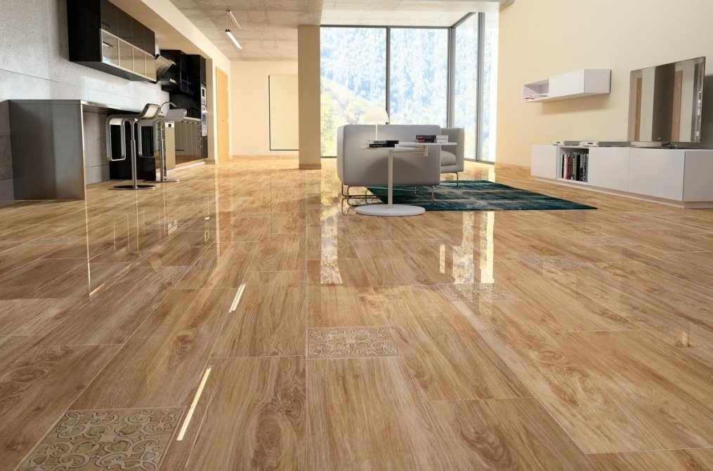 Керамическая плитка под дерево на полу кухни-гостиной