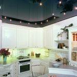 Сочетание белой мебели и черного потолка