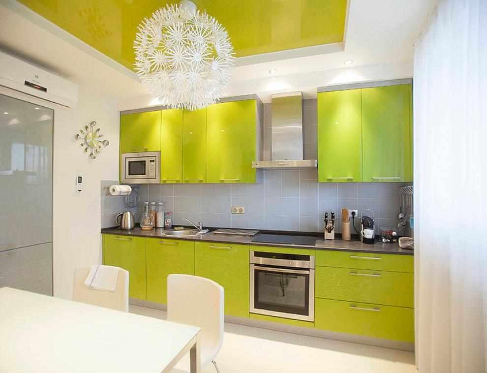 Кухня с ярким потолком