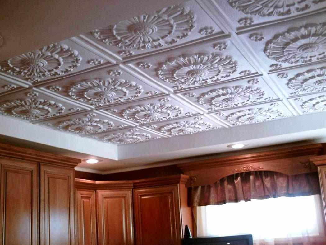 Отделка потолка плитами из пенополистирола