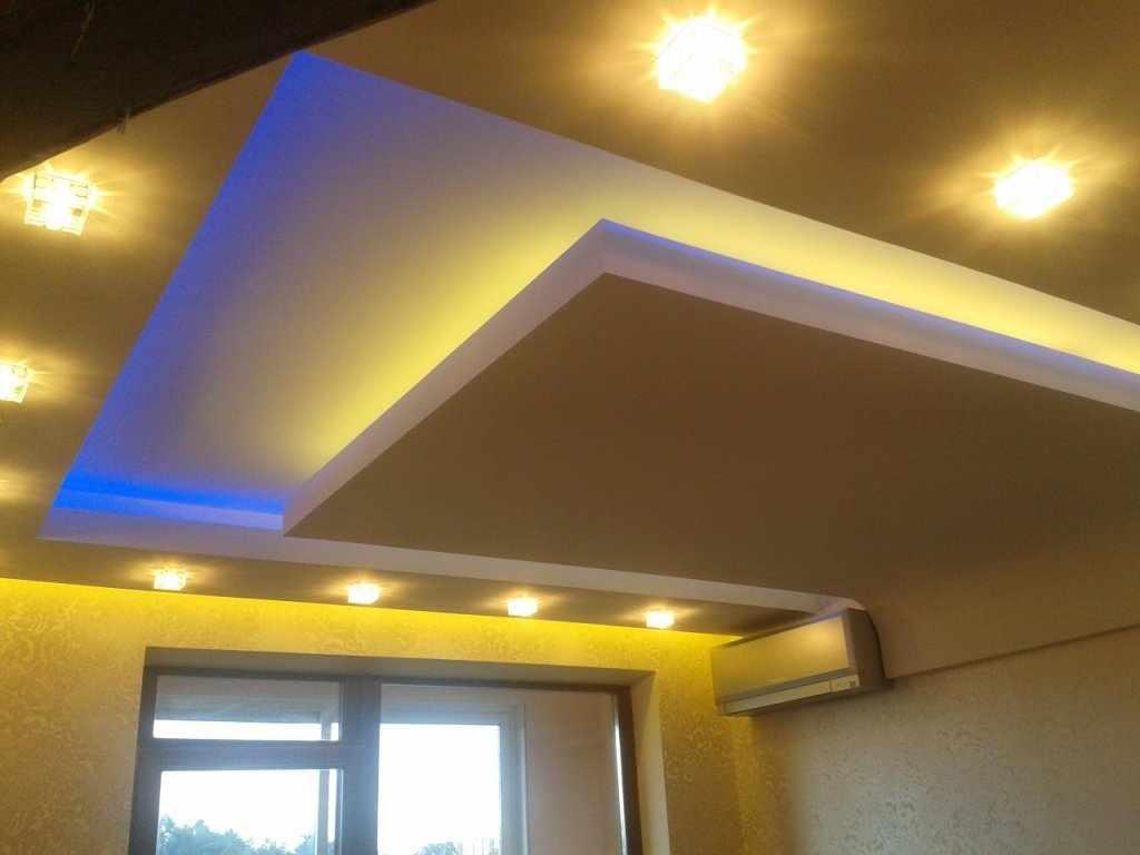 Потолок из гипсокартона с желтой подсветкой