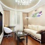 Люстра и напольная лампа с одинаковым дизайном в гостиной