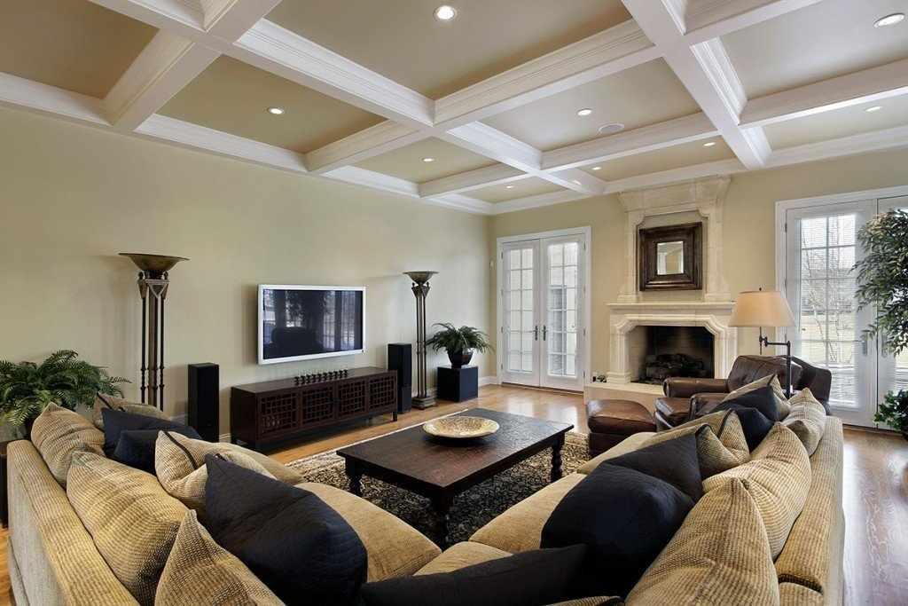 Интерьер гостиной с деревянными балками на потолке