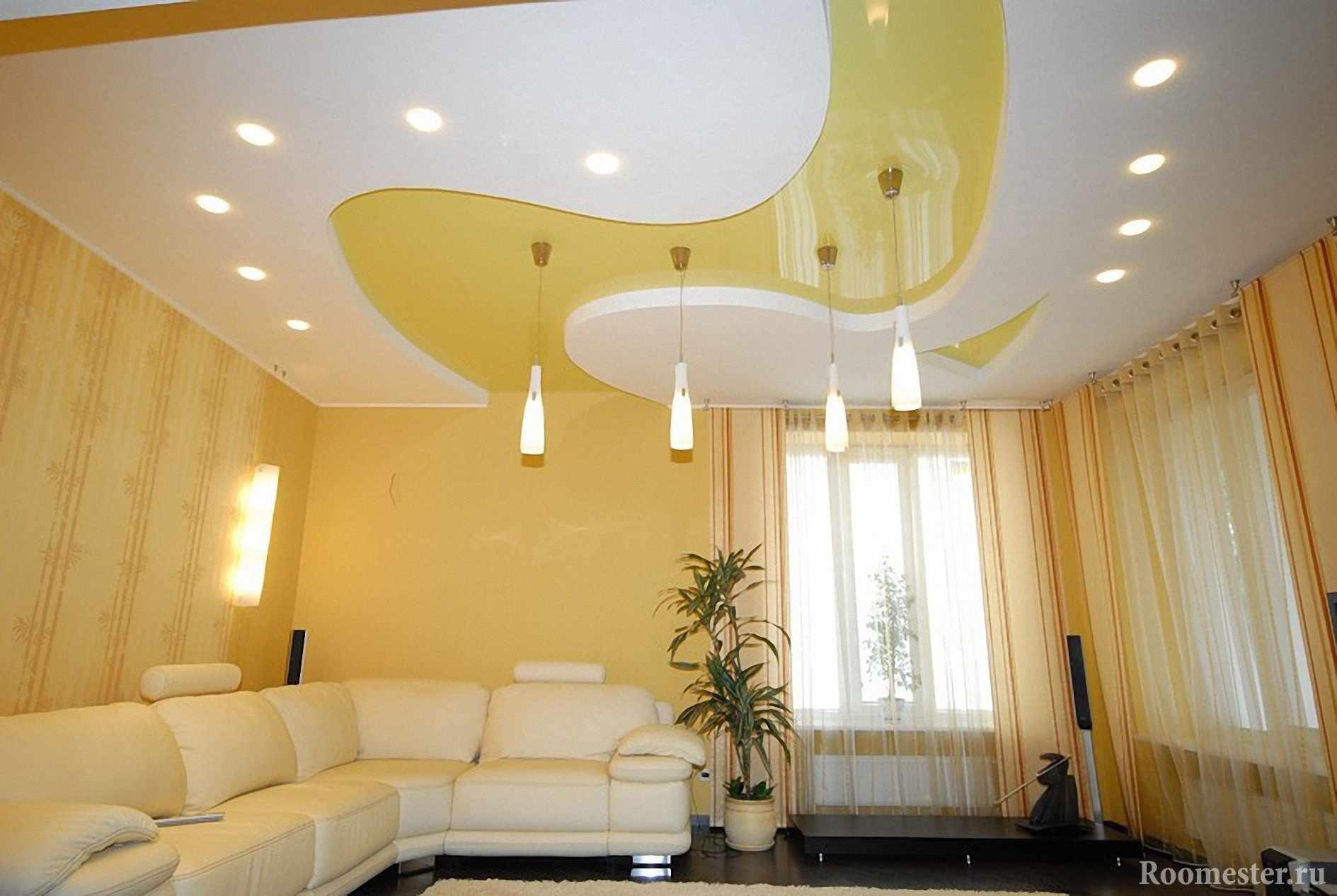 Желто-белый потолок