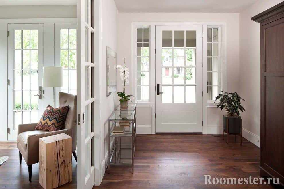 Дверь со стеклом наполнит прихожую ярким светом
